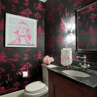 Esempio di una piccola stanza da bagno mediterranea con ante con bugna sagomata, ante in legno scuro, WC a due pezzi, pareti rosa, pavimento in marmo, lavabo integrato, top in onice e top grigio