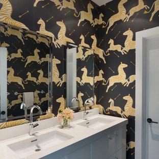 Inspiration pour une salle de bain design de taille moyenne pour enfant avec un placard à porte plane, des portes de placard blanches, un mur multicolore, un lavabo intégré et un plan de toilette blanc.