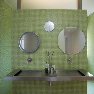 Diseño de cuarto de baño principal, moderno, grande, con baldosas y/o azulejos en mosaico, lavabo integrado, armarios abiertos, puertas de armario grises, ducha abierta, baldosas y/o azulejos verdes, paredes verdes, suelo con mosaicos de baldosas, encimera de acero inoxidable, suelo verde, ducha abierta y encimeras grises