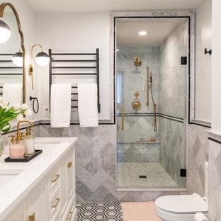 Exempel på ett klassiskt vit vitt en-suite badrum, med luckor med profilerade fronter, vita skåp, en dusch i en alkov, marmorkakel, marmorgolv och dusch med gångjärnsdörr