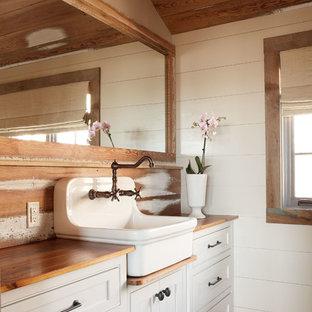 Foto de cuarto de baño rural con encimera de madera, suelo de ladrillo y encimeras marrones