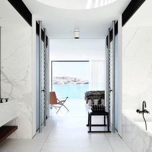 Idee per una grande stanza da bagno padronale moderna con lavabo rettangolare, vasca ad alcova, piastrelle bianche, pareti bianche e piastrelle di marmo