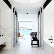 Modern Bathroom by Redgen Mathieson Pty Ltd