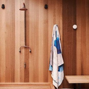 Diseño de cuarto de baño actual con ducha abierta, paredes marrones, suelo blanco y ducha abierta