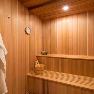 Diseño de sauna rústica con suelo de madera en tonos medios