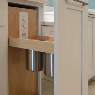 マイアミの広いトランジショナルスタイルのおしゃれなマスターバスルーム (シェーカースタイル扉のキャビネット、白いキャビネット、コーナー設置型シャワー、分離型トイレ、緑のタイル、ガラスタイル、青い壁、大理石の床、アンダーカウンター洗面器、クオーツストーンの洗面台、ベージュの床、開き戸のシャワー、白い洗面カウンター、トイレ室、洗面台2つ、造り付け洗面台、格子天井) の写真