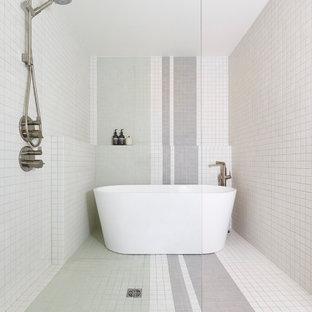 Modern inredning av ett mellanstort en-suite badrum, med ett fristående badkar, våtrum, flerfärgad kakel, mosaik, vita väggar, mosaikgolv, flerfärgat golv och med dusch som är öppen