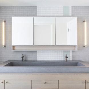 Immagine di una stanza da bagno padronale moderna di medie dimensioni con ante lisce, ante in legno chiaro, piastrelle multicolore, piastrelle a mosaico, pareti bianche, pavimento con piastrelle a mosaico, lavabo rettangolare, top in legno, pavimento multicolore e top grigio