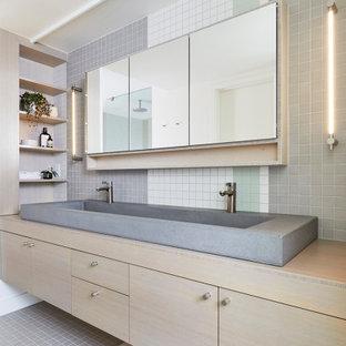 На фото: главные ванные комнаты среднего размера в современном стиле с плоскими фасадами, светлыми деревянными фасадами, разноцветной плиткой, плиткой мозаикой, полом из мозаичной плитки, раковиной с несколькими смесителями, столешницей из дерева, разноцветным полом и бежевой столешницей