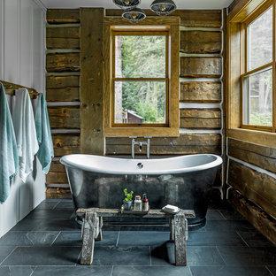 Foto di una stanza da bagno padronale rustica con vasca freestanding, pareti marroni e pavimento grigio