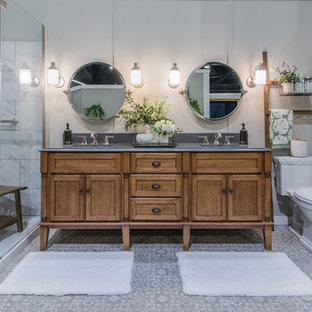 Inspiration för ett tropiskt badrum, med skåp i shakerstil, skåp i mellenmörkt trä, en hörndusch, svart och vit kakel, grå väggar, mosaikgolv, grått golv och dusch med gångjärnsdörr