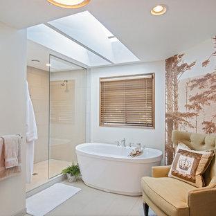 Réalisation d'une salle de bain tradition avec une baignoire indépendante, une douche ouverte et aucune cabine.