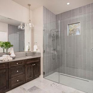 Mittelgroßes Modernes Badezimmer mit weißen Fliesen, Porzellanfliesen, schwarzer Wandfarbe, Porzellan-Bodenfliesen, Unterbauwaschbecken und Marmor-Waschbecken/Waschtisch in Phoenix