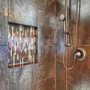Foto di una piccola stanza da bagno padronale contemporanea con doccia alcova, piastrelle marroni e piastrelle in metallo