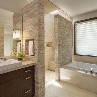 Modernes Badezimmer En Suite mit Aufsatzwaschbecken, flächenbündigen Schrankfronten, dunklen Holzschränken, Marmor-Waschbecken/Waschtisch, Eckdusche, Toilette mit Aufsatzspülkasten, Travertin und Einbaubadewanne in Denver