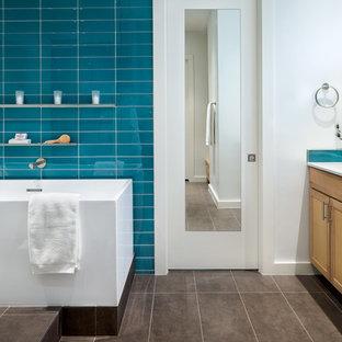 Immagine di una stanza da bagno padronale minimal di medie dimensioni con ante in stile shaker, ante in legno scuro, vasca freestanding, doccia aperta, piastrelle blu, piastrelle di vetro, pareti blu, pavimento con piastrelle in ceramica, lavabo sottopiano e top in quarzo composito