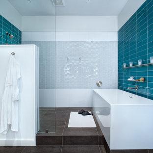 Esempio di una stanza da bagno padronale contemporanea di medie dimensioni con vasca freestanding, doccia aperta, piastrelle blu, piastrelle di vetro, pareti blu, pavimento con piastrelle in ceramica e doccia aperta