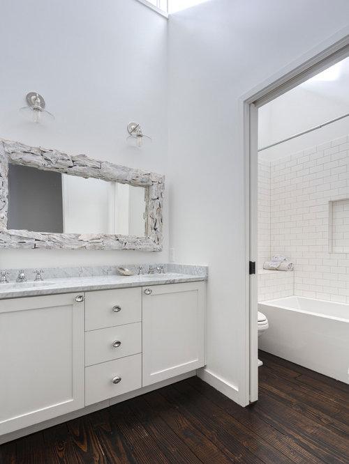 Salle de bain avec un combiné douche/baignoire et des carreaux de ...