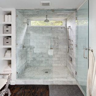 オースティンの広いコンテンポラリースタイルのおしゃれなマスターバスルーム (オープンシェルフ、白いキャビネット、アルコーブ型シャワー、白いタイル、白い壁、濃色無垢フローリング、石タイル) の写真