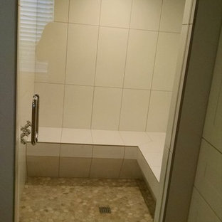 Inspiration för ett mellanstort funkis badrum, med kakel i småsten, en hörndusch, beige kakel och klinkergolv i småsten