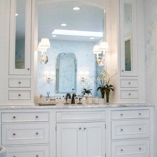 Inspiration för ett stort vintage en-suite badrum, med ett undermonterad handfat, luckor med infälld panel, vita skåp, marmorbänkskiva, en kantlös dusch, vit kakel, stenkakel, blå väggar, marmorgolv och en toalettstol med hel cisternkåpa