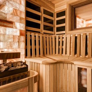Foto di una grande sauna design con piastrelle rosa, pavimento in legno massello medio e pavimento marrone