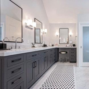 Idéer för att renovera ett vintage vit vitt en-suite badrum, med skåp i shakerstil, grå skåp, vita väggar, ett undermonterad handfat, grå kakel och marmorbänkskiva