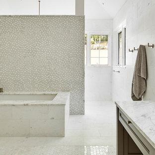 Imagen de cuarto de baño principal, bohemio, grande, con bañera encastrada sin remate, ducha empotrada, baldosas y/o azulejos blancos, baldosas y/o azulejos de mármol, paredes blancas, suelo de mármol, lavabo bajoencimera, suelo blanco y ducha abierta