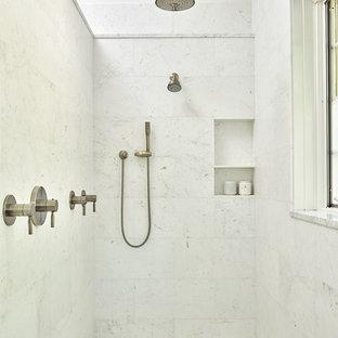Modelo de cuarto de baño principal, bohemio, grande, con bañera encastrada sin remate, ducha empotrada, baldosas y/o azulejos blancos, baldosas y/o azulejos de mármol, paredes blancas, suelo de mármol, lavabo bajoencimera, suelo blanco y ducha abierta