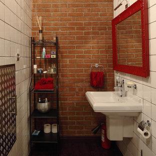 Ejemplo de cuarto de baño industrial con lavabo suspendido, baldosas y/o azulejos blancos y suelo de madera oscura