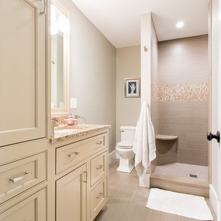 Ejemplo de cuarto de baño con ducha, contemporáneo, de tamaño medio, con armarios con paneles empotrados, puertas de armario beige, ducha esquinera, lavabo bajoencimera, encimera de granito, sanitario de dos piezas, baldosas y/o azulejos beige, losas de piedra, suelo vinílico y paredes grises