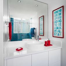 Modern Bathroom by 2id Interiors