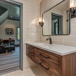 Ejemplo de cuarto de baño de estilo de casa de campo con armarios con rebordes decorativos, puertas de armario beige, paredes rosas y lavabo bajoencimera