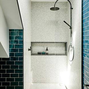 Esempio di una piccola stanza da bagno design con ante in legno scuro, doccia alcova, piastrelle blu, piastrelle in ceramica, top alla veneziana, doccia aperta, pareti blu, pavimento in cementine, lavabo rettangolare e pavimento nero