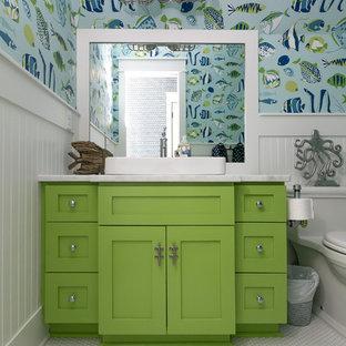 Maritimes Badezimmer mit Schrankfronten im Shaker-Stil, grünen Schränken, bunten Wänden, Mosaik-Bodenfliesen, Aufsatzwaschbecken, weißem Boden und weißer Waschtischplatte in Charleston
