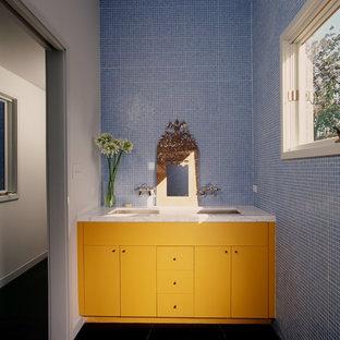 Idee per una stanza da bagno contemporanea con lavabo rettangolare, ante lisce e ante gialle