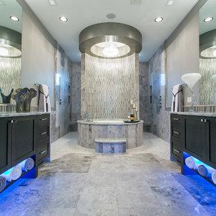 Foto di una stanza da bagno padronale design con ante nere, vasca sottopiano, doccia aperta, piastrelle grigie e doccia aperta
