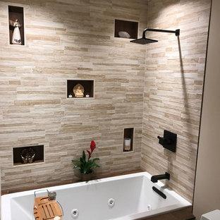 Kleines Modernes Duschbad mit braunen Schränken, Einbaubadewanne, Duschnische, Toilette mit Aufsatzspülkasten, beigefarbenen Fliesen, Porzellanfliesen, beiger Wandfarbe, Porzellan-Bodenfliesen, Unterbauwaschbecken, Marmor-Waschbecken/Waschtisch, braunem Boden, Falttür-Duschabtrennung und weißer Waschtischplatte in Seattle