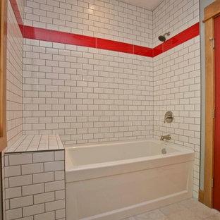 Ispirazione per una stanza da bagno con doccia bohémian di medie dimensioni con vasca ad alcova, vasca/doccia, piastrelle rosse, piastrelle bianche, piastrelle diamantate, pareti grigie, pavimento con piastrelle in ceramica e pavimento beige