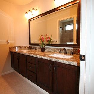 Esempio di una grande stanza da bagno padronale classica con lavabo sottopiano, ante con bugna sagomata, ante in legno bruno, top in granito, vasca sottopiano, doccia aperta, WC monopezzo, piastrelle marroni, lastra di pietra, pareti beige e pavimento in ardesia