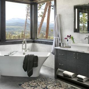 Idee per una stanza da bagno padronale stile rurale con consolle stile comò, ante nere, vasca freestanding, piastrelle grigie, pareti grigie, lavabo a bacinella, top in marmo, pavimento grigio e top multicolore