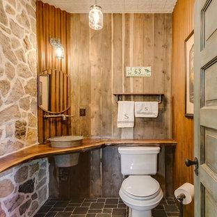 Ejemplo de cuarto de baño rústico, pequeño, con encimera de madera, sanitario de dos piezas, suelo con mosaicos de baldosas, lavabo encastrado y encimeras marrones