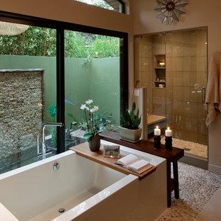 Ejemplo de cuarto de baño principal, vintage, de tamaño medio, con ducha empotrada, suelo de baldosas tipo guijarro, baldosas y/o azulejos marrones, bañera exenta, baldosas y/o azulejos de porcelana y paredes beige