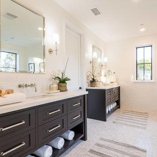 Foto di una stanza da bagno padronale tradizionale con ante in stile shaker, ante nere, piastrelle bianche, piastrelle diamantate, pareti bianche, pavimento in marmo, lavabo sottopiano, pavimento bianco e top bianco