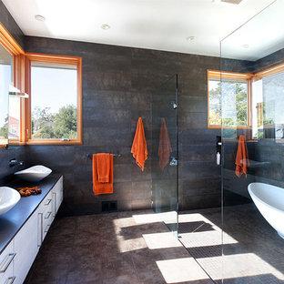 Idee per una grande stanza da bagno padronale design con vasca freestanding, lavabo a bacinella, ante lisce, ante bianche, doccia alcova, pareti nere, pavimento con piastrelle in ceramica, pavimento marrone, doccia aperta e top nero