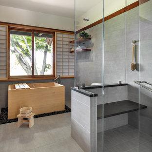 Foto på ett orientaliskt en-suite badrum, med ett japanskt badkar, en öppen dusch, vita väggar, grått golv och med dusch som är öppen