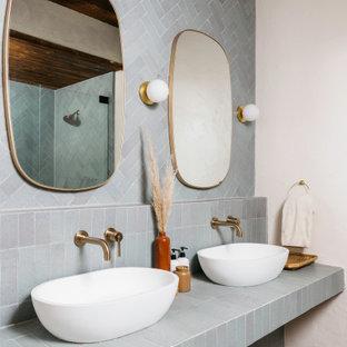 Immagine di una stanza da bagno padronale stile rurale di medie dimensioni con doccia alcova, piastrelle bianche, pareti bianche, top piastrellato, pavimento beige, porta doccia a battente, ante blu e top blu