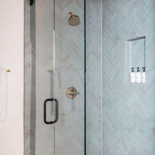 Inspiration för mellanstora rustika blått en-suite badrum, med en dusch i en alkov, vit kakel, vita väggar, kaklad bänkskiva, beiget golv, dusch med gångjärnsdörr och blå skåp