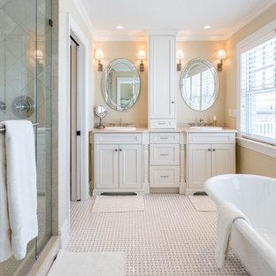 Idéer för mellanstora vintage en-suite badrum, med skåp i shakerstil, vita skåp, ett fristående badkar, en dusch i en alkov, beige kakel, beige väggar, ett integrerad handfat, beiget golv, dusch med gångjärnsdörr och travertinkakel