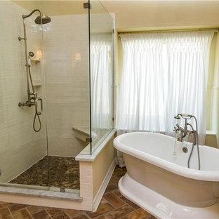 Foto di una stanza da bagno padronale rustica di medie dimensioni con doccia ad angolo, WC a due pezzi, pareti beige, pavimento in mattoni, porta doccia a battente, vasca freestanding, piastrelle bianche, piastrelle diamantate e pavimento marrone